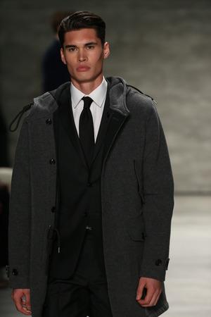 뉴욕, 뉴욕 -2 월 12 일 : 모델은 2015 년 2 월 12 일 뉴욕시에서 2 월 12 일 링컨 센터에서 관에서 메르세데스 - 벤츠 패션 위크 가을 2015 동안 토드 Snyder 패션