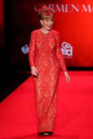 NEW YORK, NY - FEBRUARY 12: Barbara Eden walks the runway at the Go Red For Women Red Dress Collection 2015 presented by Macy's fashion show during MBFW Fall 2015 at Lincoln Center on February 12, 2015 in NYC 新聞圖片