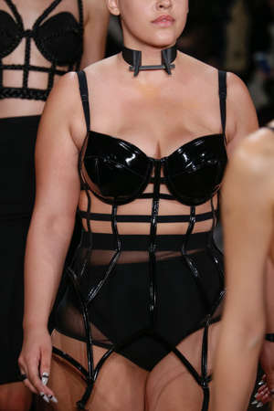 pezones: NUEVA YORK, NY - 13 de febrero: Un modelo camina por la pasarela en el Chromat AW15: Mindware desfile de moda durante MBFW Oto�o 2015 en estudios de la leche el 13 de febrero de 2015, de NYC