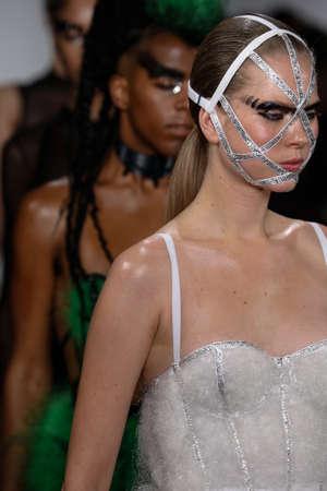 niples: NUEVA YORK, NY - 13 de febrero: Un modelo camina por la pasarela en el Chromat AW15: Mindware desfile de moda durante MBFW Oto�o 2015 en estudios de la leche el 13 de febrero de 2015, de NYC