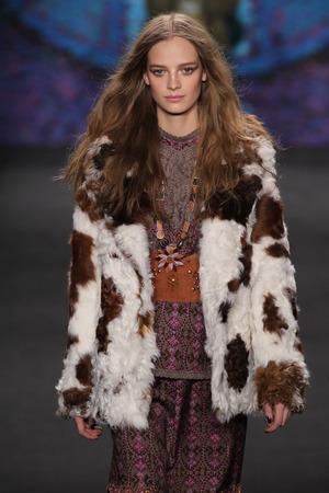 cocaina: NEW YORK, NY - 18 febbraio: Modello Ine Neefs cammina la pista alla sfilata di Anna Sui durante MBFW Autunno 2015 al Lincoln Center il 18 febbraio 2015 a New York Editoriali