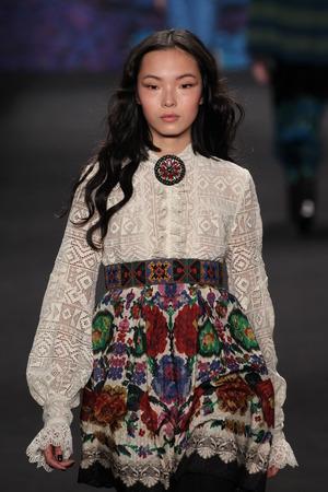 뉴욕, 뉴욕 -2 월 18 일 : 모델 샤오 웬 Ju는 2015 년 2 월 18 일 뉴욕에서 링컨 센터에서 MBFW가 2015 동안 안 나 수이 패션쇼에서 활주로 산책 에디토리얼