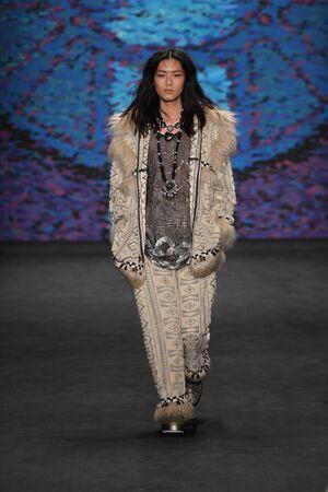 뉴욕, 뉴욕 -2 월 18 일 : 모델 리우 웬 2015 년 2 월 18 일 링컨 센터에서 MBFW가 2015 동안 뉴욕에서 안나 수이 패션쇼에서 활주로 산책 에디토리얼