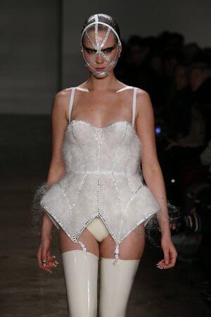 pezones: NUEVA YORK, NY - 13 de febrero: Un modelo camina por la pasarela en el Chromat AW15: Mindware desfile de moda durante MBFW Otoño 2015 en estudios de la leche el 13 de febrero de 2015, de NYC