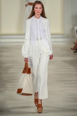 NEW YORK, NY - 17 september: Een model loopt de baan het dragen van Ralph Lauren Spring 2016 tijdens de New York Fashion Week: De shows 'Skylight Clarkson Sq op 17 september 2015 in New York City. Redactioneel
