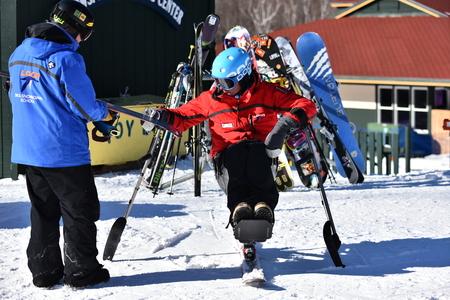 personas discapacitadas: Loon Mountain EE.UU. - 24 de enero: Tina Sutton Memorial - Competencia de esqu� de slalom. esquiador con discapacidad no identificada asistir a la carrera de esqu� junior, el 24 de enero, 2016 a la Monta�a Loon en NH, EE.UU. Editorial