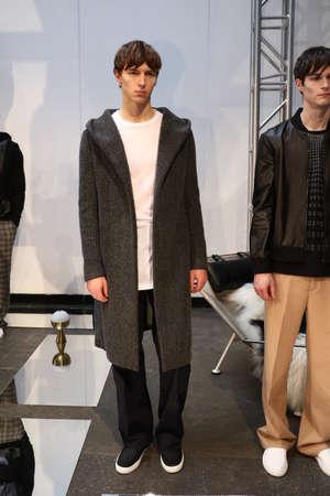뉴욕, 뉴욕 -2 월 1 일 : 모델 Garciavelez- 프레 젠 테이 션 - 뉴욕 패션 위크 남자 의을  겨울 2016 Industria Superstudio에서 2016 년 2 월 1 일에 뉴욕시에서 포즈.