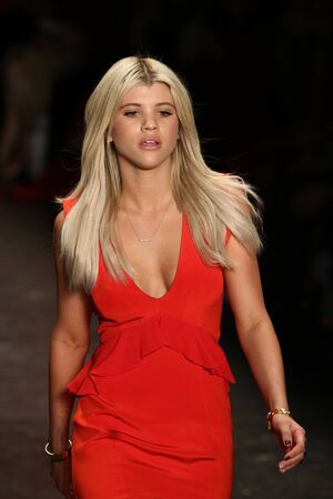 NEW YORK, NY - FEBRUARY 11: Sofia Richie walks the runway at The American Heart Association's Go Red For Women Red Dress Collection 2016 Presented By Macy's on February 11, 2016 in NYC. 新聞圖片