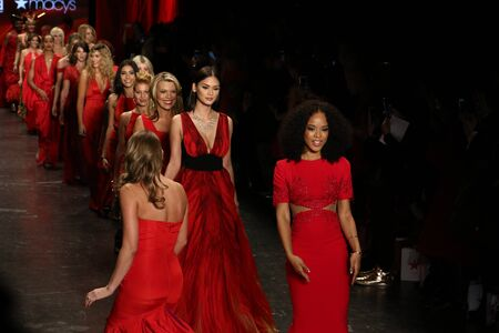 NEW YORK, NY - FEBRUARY 11: Celebrities walk the runway finale  at The American Heart Association's Go Red For Women Red Dress Collection 2016 Presented By Macy's on February 11, 2016 in NYC. 新聞圖片