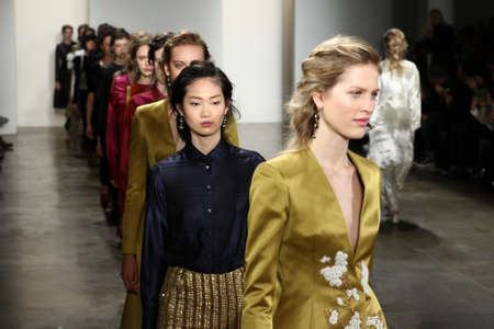 뉴욕, 뉴욕 -2 월 11 일 : 모델 2016 년 2 월 11 일 뉴욕에서 2016 년 2 월 11 일에 가을 2016 메이드 패션 위 크 동안 Brock 컬렉션 패션쇼에서 활주로 피날레를 걸 에디토리얼