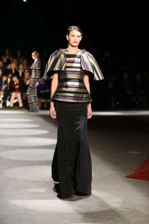 뉴욕, 뉴욕 -2 월 13 일 : 모델 2016 년 2 월 13 일 뉴욕 패션 위크 동안 뉴욕에서 기독교 Siriano 가을 2016 입고 활주로 산책.