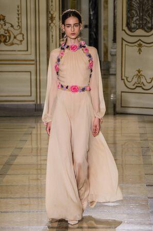 밀라노, 이탈리아 -9 월 24 일 : 모델 밀라노, 이탈리아에서 2015 년 9 월 24 일에 밀라노 패션 위 크 봄  여름 2016의 일환으로 Luisa Beccaria 패션 쇼 중 활주로 에디토리얼