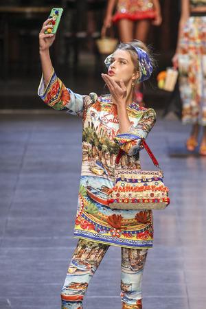 MILAAN, ITALIË - SEPTEMBER 27: Een model loopt de baan tijdens Dolce en Gabbana toont als een deel van de de Manierweek van Milaan Lente  Zomer 2016 op 27 September, 2015 in Milaan, Italië. Redactioneel