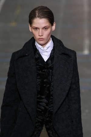 show bill: PARIS, FRANCIA - MARZO 06: Modelo �ngel Rutledge camina por la pasarela durante la presentaci�n de John Galliano como parte de la PFW oto�o  invierno 201617 el 6 de marzo, 2016, Par�s, Francia.