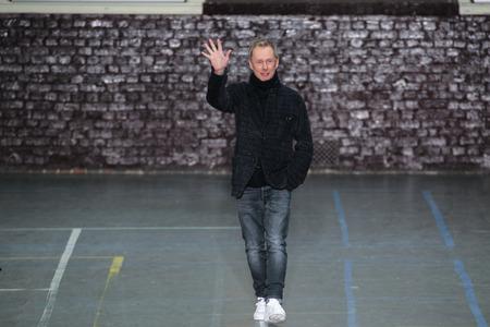 show bill: PARIS, FRANCIA - MARZO 06: El diseñador de moda Bill Gaytten reconoce los aplausos del público después de la demostración F John Galliano  W 201617 el 6 de marzo, 2016, París, Francia. Editorial