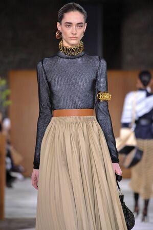 lvmh: PARIS, FRANCE - MARCH 4: Model Amanda Googe walks runway at the Loewe show during Paris Fashion Week AutumnWinter 201617 on March 4, 2016 in Paris, France.