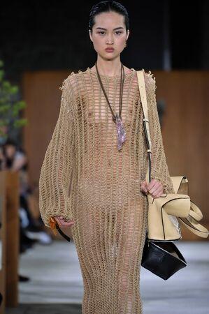 파리, 프랑스 -3 월 4 일 : 모델 징 웬 2017 파리 패션 위 가을  겨울 201617 동안 프랑스 파리에서에서 2016 년 3 월 4 일 Loewe 쇼에서 활주로 산책. 에디토리얼