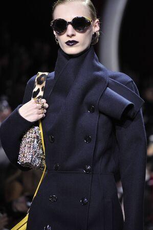 mujeres elegantes: PARIS, FRANCIA - 04 de marzo: Un modelo camina por la pasarela durante la presentación de Christian Dior como parte de la Semana de la Moda de París Vestimenta para mujer F  W2016  17 el 4 de marzo, 2016, París, Francia.