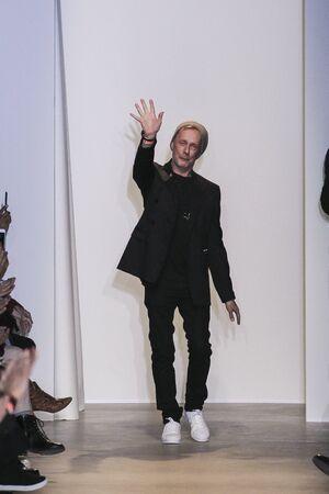 show bill: PARIS, FRANCIA - OCTUBRE 04: diseñador Bill Gaytten camina por la pasarela durante la presentación de John Galliano como parte de la Semana de la Moda de París Vestimenta para mujer primavera  verano 2016 el 04 octubre, 2015, en París, Francia.