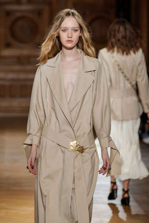 suede belt: PARIS, FRANCE - SEPTEMBER 30: A model walks the runway during the Sharon Wauchob show as part of the Paris Fashion Week Womenswear SpringSummer 2016 on September 30, 2015 in Paris, France. Editorial