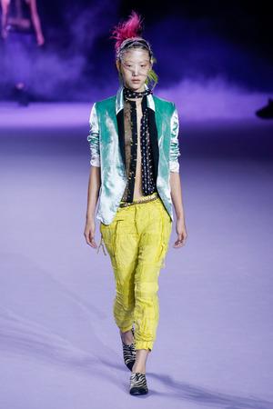 PARIJS, FRANKRIJK - OKTOBER 03: Een model loopt de baan tijdens de Haider Ackermann te zien zijn als onderdeel van de Paris Fashion Week Womenswear Spring  Summer 2016 op 3 oktober 2015 in Parijs, Frankrijk.