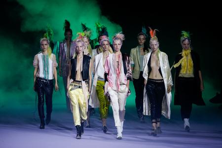 PARIJS, FRANKRIJK - OKTOBER 03: De modellen lopen de baanfinale tijdens de Haider Ackermann-show als deel van de de Manierlente  Zomer 2016 van Parijs Fashion Week op 3 Oktober, 2015 in Parijs, Frankrijk. Redactioneel