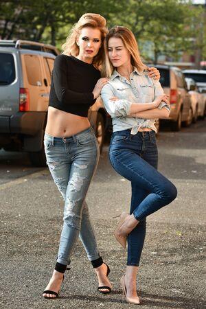 modelos posando: Dos modelos de moda atractiva que presenta afuera en la calle. Foto de archivo