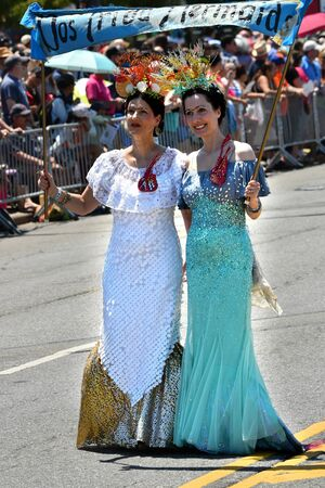 cuerpos desnudos: NEW YORK - JUNE 18, 2016: Participants march in the 34th Annual Mermaid Parade at Coney Island, the largest art parade in the nation and a celebration of ancient mythology on June 18, 2016 in Brooklyn NY.
