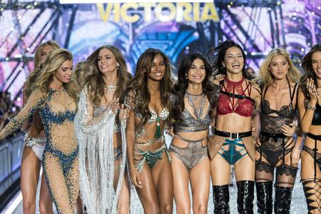 PARIJS, FRANKRIJK - 30 november: Models stelt op de baan tijdens de 2016 Victoria's Secret Fashion Show op 30 november 2016 in Parijs, Frankrijk. Redactioneel