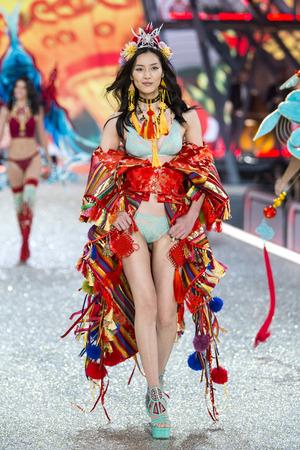 파리, 프랑스 -11 월 30 일 : 리우 웬 2016 빅토리아 시크릿 패션쇼 동안 2016 년 11 월 30 일 파리, 프랑스에서 활주로를 안내합니다.