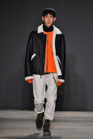 militaire sexy: NEW YORK, NY - 31 janvier: Un modèle promenades sur la piste pendant le spectacle de la piste Ovadia and Sons pendant NYFW: Mens à Skylight Clarkson Nord le 31 Janvier, 2017 New York City. Éditoriale