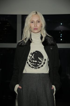 poses de modelos: NUEVA YORK, NY - 31 de enero: Un modelo posa en el Seco Presentación Ricardo durante NYFW: Mens el 31 de enero de 2017 la ciudad de Nueva York.