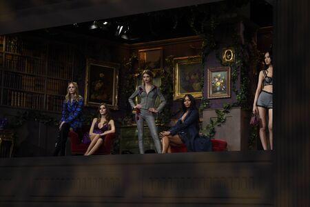 뉴욕, 뉴욕 -2 월 9 일 : 모델 포즈 라 Perla 패션 쇼가  겨울 2017-2018 준비가 착용 쇼 뉴욕에서 2017 년 2 월 9 일에. 에디토리얼