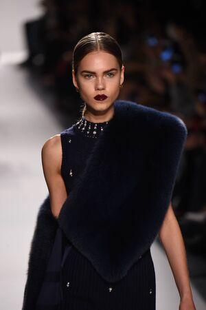 robo: NUEVA YORK, NY - 11 de febrero: Un modelo camina por la pasarela de la colección Jonathan Simkhai durante, New York Fashion Week el 11 de febrero de 2017 la ciudad de Nueva York. Editorial