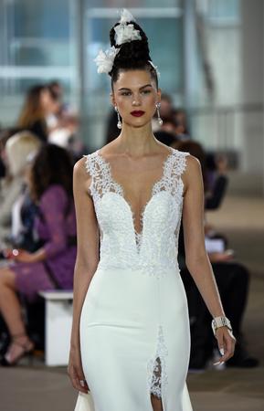 NEW YORK, NY - LE 21 APRÈCLE: Un modèle suit la piste lors du salon de mode de mariée Ines di Santo Spring / Summer 2018 au The IAC Building le 21 avril 2017 à New York. Banque d'images - 77121806