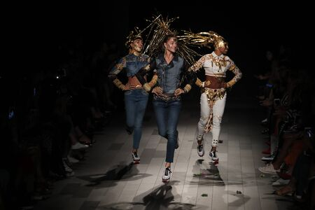 NEW YORK, NY - SEPTEMBER 07: Models walk the runway for Desigual fashion show during New York Fashion Week on September 7, 2017 in New York City. Imagens - 86350720
