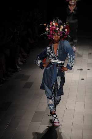 NEW YORK, NY - SEPTEMBER 07: A model walks the runway for Desigual fashion show during New York Fashion Week on September 7, 2017 in New York City. Imagens - 86350722
