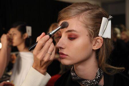 뉴욕, 뉴욕 -9 월 7 일 : 뉴욕시에서 2017 년 9 월 7 일에 뉴욕 패션 위 크 동안 Brock 컬렉션 패션 쇼하기 전에 무대 준비 준비 모델.