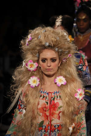 NEW YORK, NY - SEPTEMBER 07: Models walk the runway finale for Desigual fashion show during New York Fashion Week on September 7, 2017 in New York City. Imagens - 86351357
