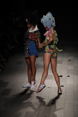 NEW YORK, NY - SEPTEMBER 07: Models walk the runway for Desigual fashion show during New York Fashion Week on September 7, 2017 in New York City. Imagens - 86406529
