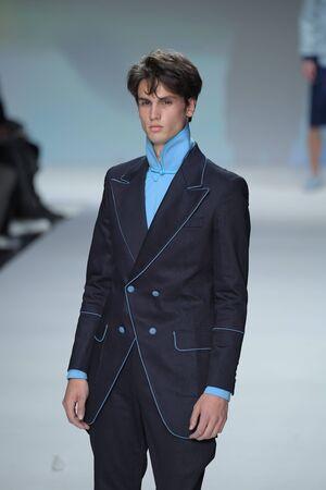 뉴욕, 뉴욕 -9 월 7 일 : 모델 뉴욕시에서 2017 년 9 월 7 일에 인 트 레 피드에서 뉴욕 패션 위 크 동안 말 란 브 랭크 SS18에서 활주로를 안내합니다. 에디토리얼