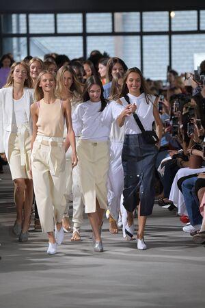 뉴욕, 뉴욕 -9 월 9 일 : 모델 2018 년 9 월 9 일 뉴욕시에서 뉴욕 패션 위 크 동안 Tibi 봄 2018 입고 활주로 피날레를 걸어. 에디토리얼