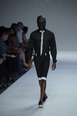 뉴욕, 뉴욕 -9 월 7 일 : 뉴욕 시티에서 2017 년 9 월 7 일에 뉴욕 패션 위 크 동안 Peyman Umay 패션 쇼에 대 한 활주로 산책하는 모델.