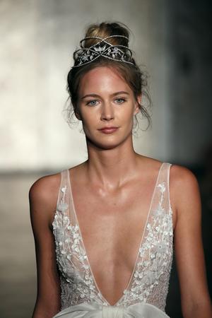 NEW YORK - 5 OCTOBRE: Un mannequin défile pour la collection automne  hiver 2018 d'Inbal Dror Bridal pendant la Fashion Week nuptiale le 5 octobre 2017 à New York.