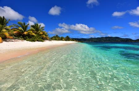 Tropical white sand beach with palm trees. Romantic atoll island paradise luxury resort. Standard-Bild
