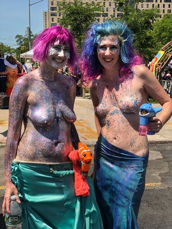 NEW YORK, NY - 16 juni: Mensen nemen deel aan de 36e jaarlijkse Mermaid Parade in Coney Island op 16 juni 2018 in New York City.