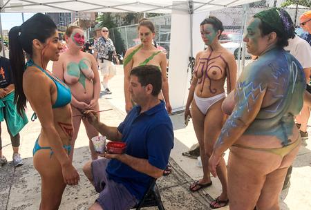 NEW YORK, NY - 16 JUNI: Bodypainter-artiest Andy Golub bereidt deelnemers voor op de 36e jaarlijkse Mermaid Parade in Coney Island op 16 juni 2018 in New York City.