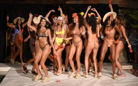 MIAMI BEACH, FL - 13. JULI: Modelle gehen das Runway-Finale für ISHINE365 während der Paraiso Fashion Fair im Paraiso Tent am 13. Juli 2018 in Miami Beach, Florida.