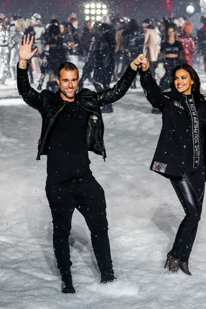 NEW YORK, NY - FEBRUARY 10: Designer Philipp Plein and Irina Shayk walk the runway at the Philipp Plein Fashion Show during New York Fashion Week on February 10, 2018 in New York City. 新聞圖片