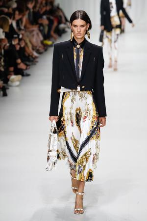 MILANO, ITALIA - 22 SETTEMBRE: Marte Mei van Haaster cammina sulla passerella dello spettacolo Versace durante la Milano Fashion Week Primavera/Estate 2018 il 22 settembre 2017 a Milano, Italia.